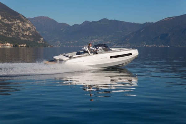 The Invictus 280GT has a top speed of 38 knots